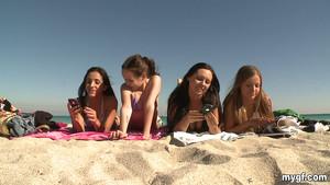 Les salopes de la plage font péter le topless avant l'orgie
