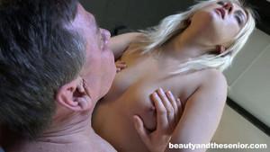 La jeune Katy Rose s'occupe de la bite d'un homme âgé