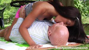 Sexe en plein air entre un vieux et une jeune brune