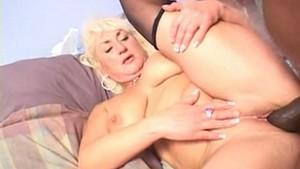 Sale blonde de soixante ans pinée par un black