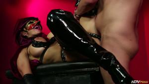 Sexe occulte dans une pièce à la lumière rouge tamisée