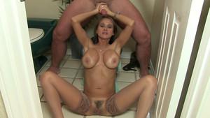 Femme mature sexy branle un mec dans la salle de bain