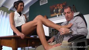 Elle branle son patron avec ses pieds