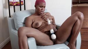 Une métisse en body se masturbe avec ses sextoys