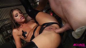 Sexe anal hard et underground avec une jeune pute