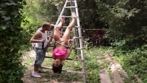 Nikita Bellucci se fait déchirer façon bondage en extérieur