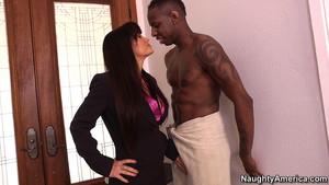 Un grand black en serviette de bain reçoit Lisa Ann chez lui