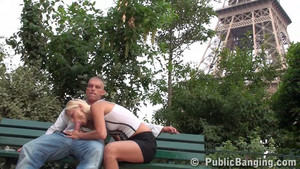 Exhibition d'une bonne pepi à côté de la tour Eiffel