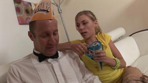 La blonde mange sa glace deux boules