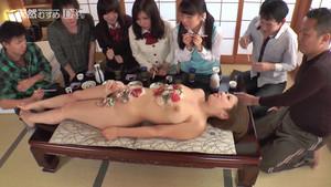 Dégustation sur le corps d'une asiat avant l'orgie