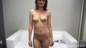 Jeune brune postule à un casting porno