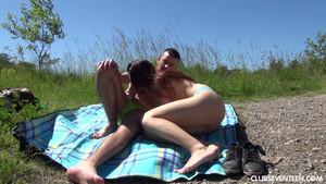 Camping et sexe en plein air pour deux coquins