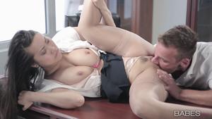 Sexe au bureau avec la sulfureuse Sharon Lee