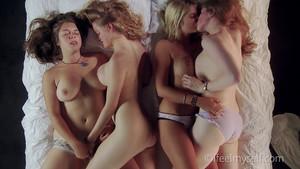 Orgie lesbienne sur le plumard