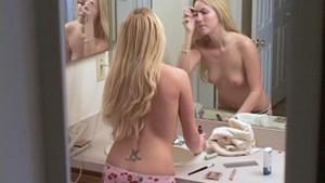 Une superbe blonde se maquille en petite culotte