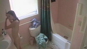 Jeune coquine nue dans sa salle de bain