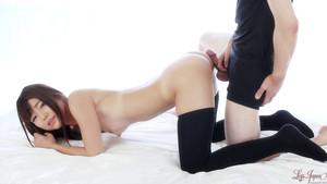 Un mec se frotte sur une Japonaise en chaussettes hautes