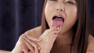 Megumi Shino lèche et suce ses orteils de pieds