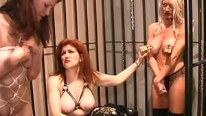 Un épisode uro de femmes soumises en cage