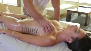 Massage sensuel sur la belle Marley Brinx