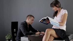 Une jeune prof à domicile dévouée