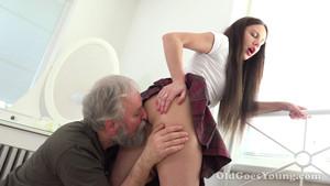 Papy troque des conseils contre des faveurs sexuelles