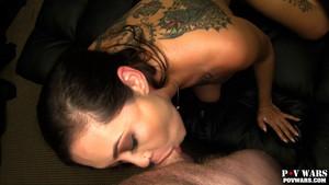 Un porno POV à la hauteur d'une asiatique tatouée