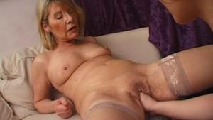 Une vieille lesbiennes en visite chez un jeune couple