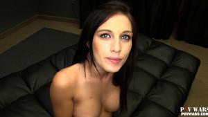 Nana au corps et à la voix sexy en POV porno