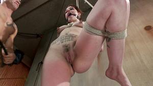 Elizabeth Thorn démontée dans un porno bondage