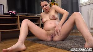 Femme enceinte nue en pleine contractions