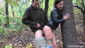 Jeune femme se fait niquer dans la forêt