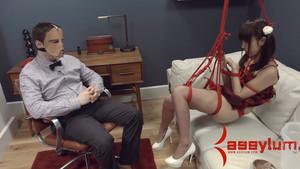 Marica Hase expérimente le BDSM