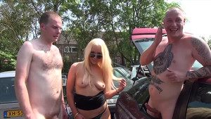 Blonde démontée au milieu d'une casse auto