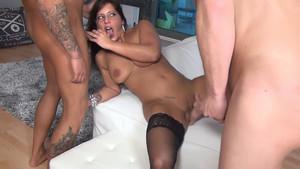 Femme à gros seins prise en sandwich