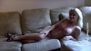 Blonde mature svelte pour une queue épaisse