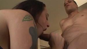 Latina tatouée et piercée accro au sexe