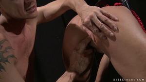 Attachée, les fesses claquées et l'anus doigté