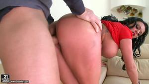 Du bon sexe avec Kerry Louise et ses gros seins refaits