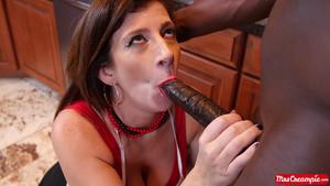 La bonne Sara Jay se fait plaisir avec un black