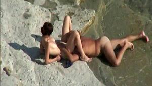 Un couple se fait filmer à son insu sur une plage nudiste