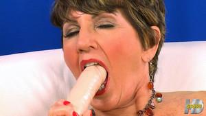 Bea Cummins est prête pour jouer avec son dildo
