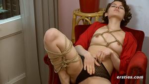 Vicky se donne du plaisir seule nouée par des cordes